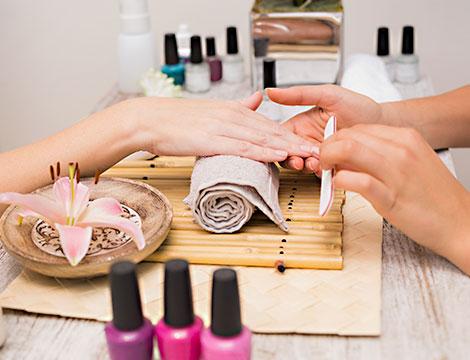 3 manicure estetiche con applicazione smalto