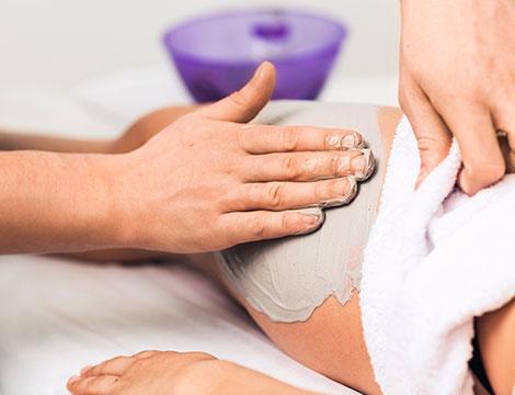 5 massaggi anticellulite con fango