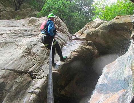 Una giornata di attivita di canyoning