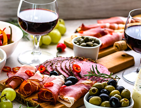 Degustazione con tagliere e calice di vino