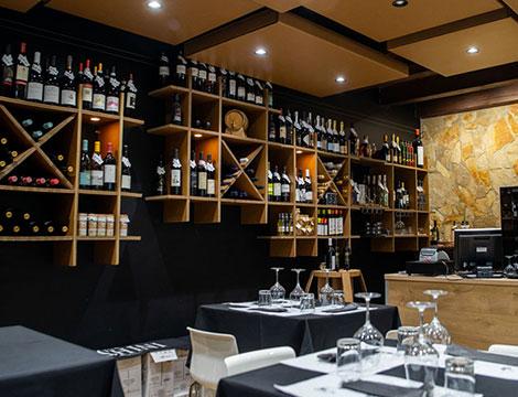 Degustazione di vino siciliano con tagliere di salumi