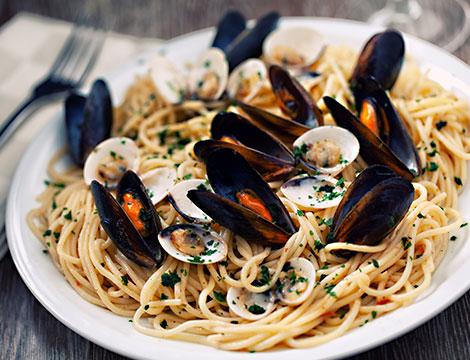 Menu a base di pesce a scelta con calice di vino spaghetti cozze e vengole