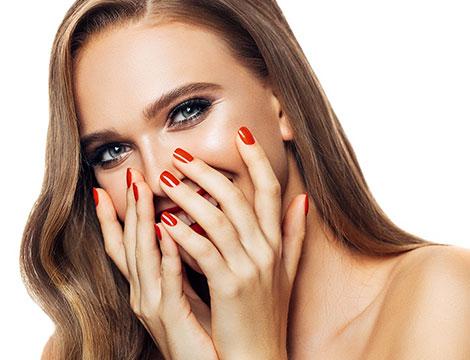 Manicure con smalto semplice o semipermanente