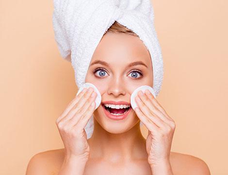 Massaggio e pulizia viso con maschera idratante