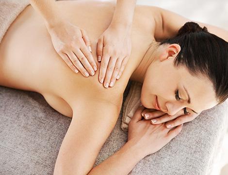 Massaggio schiena con oli essenziali