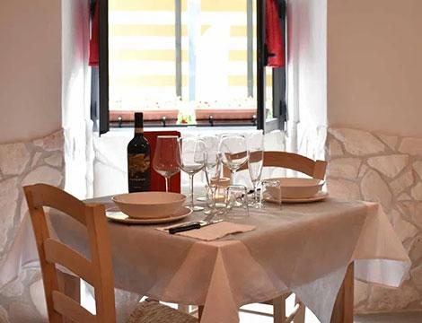 Piatti della cucina tradizionale partenopea con vino selezionato
