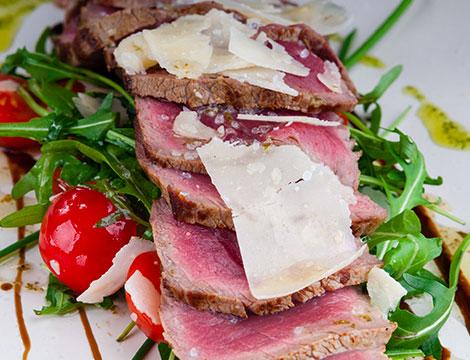 Menu di carne con calice di vino