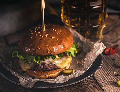 Menu hamburger con calice di vino o birra per 2 o 4 persone