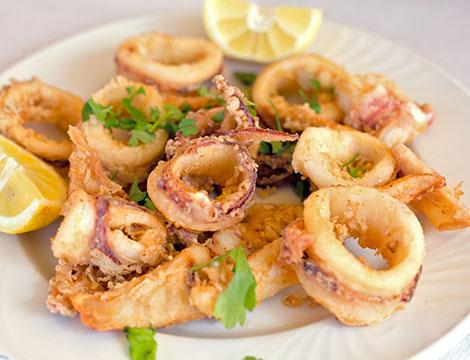 Menu pesce con calici di vino