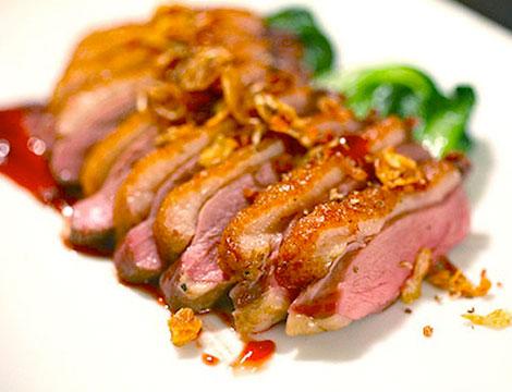 Menu pranzo o cena thailandese con calice di vino