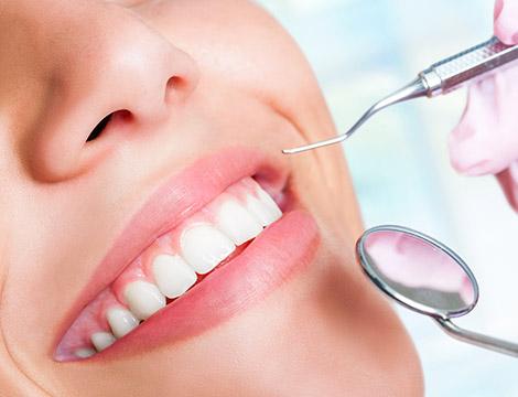 Visita odontoiatrica con pulizia dei denti, smacchiamento e sbiancamento