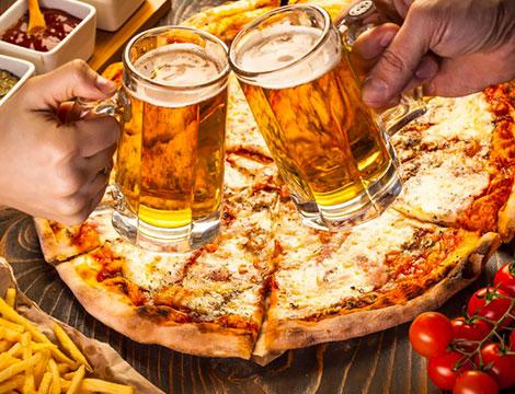 pizza e birra per due persone