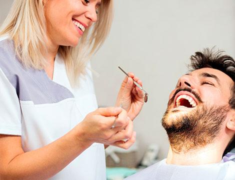 Pulizia dei denti con ablazione e smacchiamento