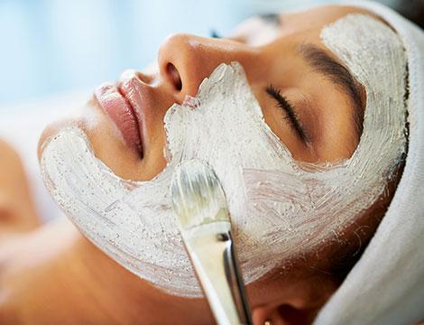 Pulizia viso e maschera a Led con cromoterapia