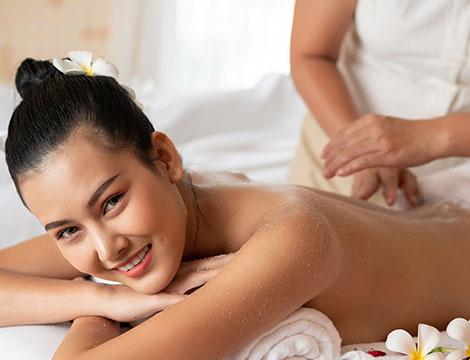Una seduta di scrub corpo con un massaggio