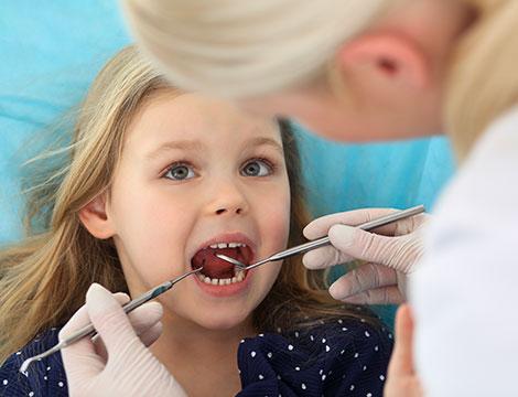 Visita dentistica per bambini e sigillatura dei solchi