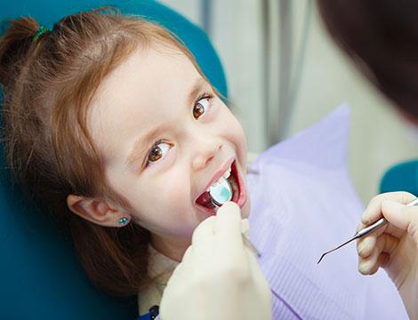 Visita ortodontica per bambini con sigillatura dei solchi