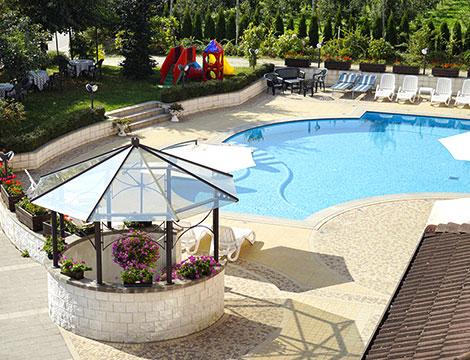 Hotel Bellaria a Levico Terme piscina e giochi per bambini